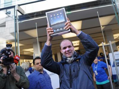 Helge aus München kommt am Freitag als erster Kunde mit einem neuen iPad aus dem Apple Store in München.