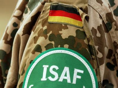 Das Abzeichen der Internationalen Schutztruppe ISAF an der Uniform eines Bundeswehrsoldaten in Kabul.
