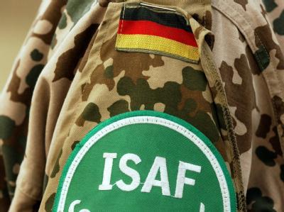 Das Abzeichen der Internationalen Schutztruppe ISAF an der Uniform eines Bundeswehrsoldaten. (Archivbild)