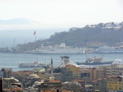 Blick über die Dächer von Istanbul auf den Bosporus:2003 hatten  Al-Kaida-Anhänger in der Millionenmetropole Bombenanschläge gegen Synagogen und britische Einrichtungen verübt.