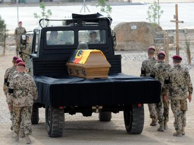 Beim Einsatz in Afghanistan starben bisher insgesamt 45 Bundeswehr-Soldaten. Von ihnen wurden 27 bei Anschlägen und Gefechten getötet.
