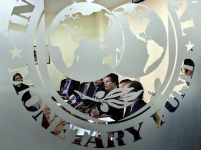 Der Schriftzug des Internationalen Währungsfonds (IWF): Der IWF ist in der weltweiten Finanzkrise einer der wichtigsten Helfer.