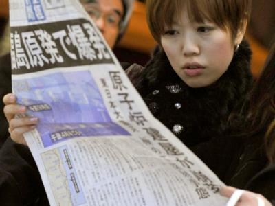 Zeitungslektüre in Osaka.