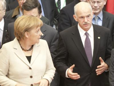 Bundeskanzlerin Merkel erwatet den griechischen Regierungschef Papandreou (r) in Berlin. (Archivbild)
