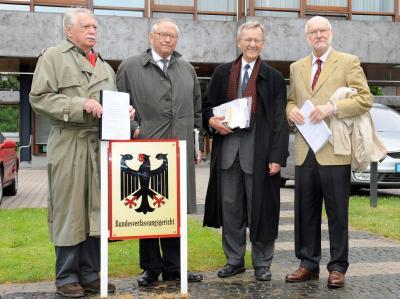 Die Rechts- und Wirtschaftswissenschaftler (v.l.) Wilhelm Hankel, Wilhelm Nölling, Karl Albrecht Schachtschneider und Joachim Starbatty vor dem Bundesverfassungsgericht.