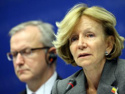 Die spanische Finanzministerin Elena Salgado und EU-Kommissar Olli Rehn bei der Krisensitzung.