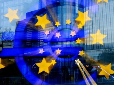 Das Euro-Zeichen leuchtet vor der Europäischen Zentralbank (EZB).
