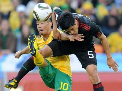 Südafrikas Steven Pienaar (l) im Zweikampf mit dem Mexikaner Ricardo Osorio. Das Auftaktspiel endete 1:1.