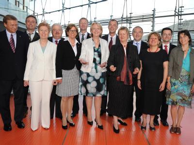 Die nordrhein-westfälische Ministerpräsidentin Hannelore Kraft (M) stellt ihr neues Landeskabinett vor. Die Ministerinnen und Minister (r-l): Barbara Steffens (Grüne), Thomas Kutschaty (SPD), Svenja Schulze (SPD), Norbert Walter-Borjans (SPD), Sylvia Löhr