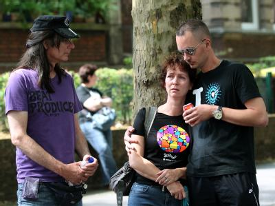 Ein junges holländisches Paar trauert mit einem Freund in Duisburg an der Einfahrt zum Loveparadegelände.