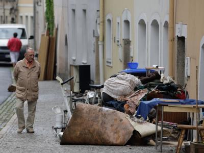 Auf der Uferstraße in Görlitz türmt sich unbrauchbar gewordener Hausrat.