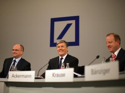 Deutschen Bank-Chef Josef Ackermann (m) kündigte an ein Übernahmeangebot für die Postbank abzugeben.