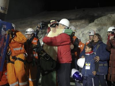 Chiles Präsident Sebastian Pinera umarmt den geretteten Bergmann Florencio Avalos.