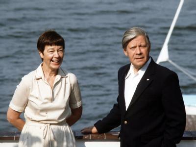 Der damalige Bundeskanzler Helmut Schmidt und seine Frau Loki genießen ihren Urlaub am Brahmsee in Schleswig-Holstein (Archivfoto vom August1982).