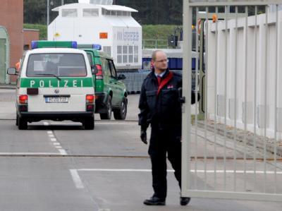 Der letzte der elf Castor-Tieflader fährt in das atomare Zwischenlager in Gorleben.