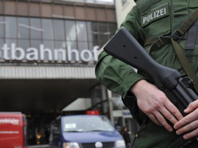 Ein Polizist steht in München vor dem Hauptbahnhof.