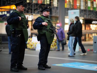 Polizisten mit Maschinenpistolen und schusssicheren Westen patrouillieren vor dem Berliner Hauptbahnhof.