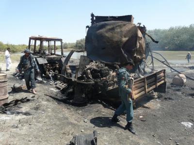 Sicherheitsbeauftragte inspizieren die ausgebrannten Tanklastzüge in Kundus nach dem von einem deutschen Oberst angeordneten Luftangriff (Archivfoto vom 4.9.2009).
