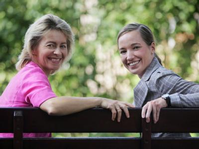 Die alte und die neue Familienministerin: Ursula von der Leyen und die Wiesbadener CDU-Bundestagsabgeordnete Kristina Köhler (Archiv).