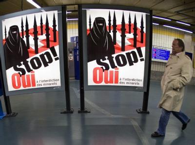 Plakate der Befürworter eines Minarettverbots im Hauptbahnhof in Genf (Archivbild).
