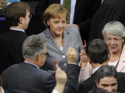 Bundeskanzlerin Merkel (CDU) bei der Stimmabgabe über das umstrittene Steuerpaket im Bundestag.