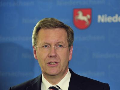 Niedersachsens Ministerpräsident  Christian Wulff ist wegen eines Preisnachlasses für einen Luxusflug unter Beschuss.