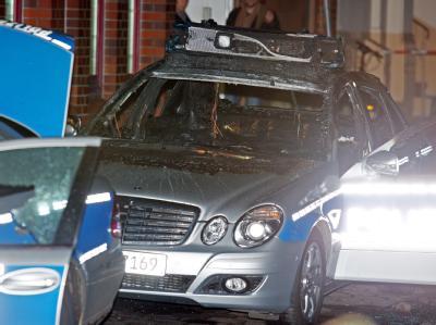Ein ausgebrannter Polizeiwagen in Hamburg.