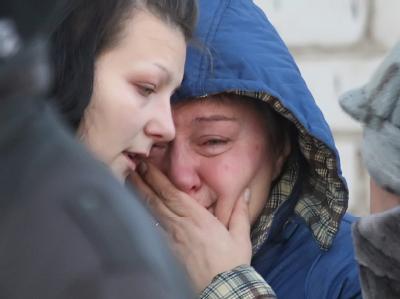 Angehörige weinen um die Opfer des Unglücks.