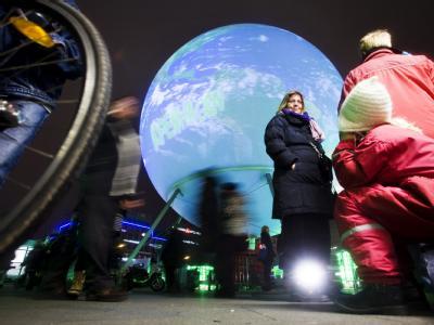 Ganz Kopenhagen hat sich auf den Klimagipfel eingestellt - hier mit einer riesigen Weltkugel auf einem Platz in der Stadt.