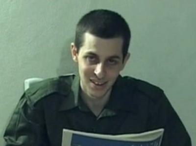 Ein Fernsehbild des entführten israelischen Soldaten Gilad Shalit mit einer Zeitung vom 14.09.2009
