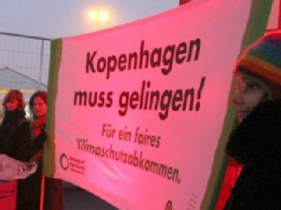 Umweltaktivisten vom BUND demonstrieren vor dem Konferenzzentrum in Kopenhagen für ein Gelingen des Weltklimagipfels.