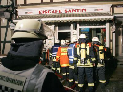 Einsatzkräfte der Feuerwehr versuchen am Sonntagabend in einem Café am Marktplatz in Wernigerode austretendes Gas zu neutralisieren.