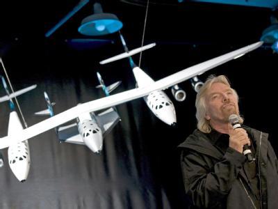 Der britische Milliardär Richard Branson stellt das Modell seines Raumschiffs «SpaceShipTwo» vor. (Archivbild)