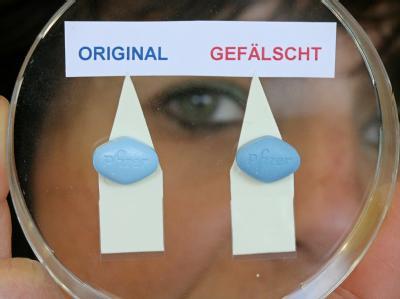Eine echte und eine gefälschte Pille des Potenzmittels Viagra: Laut EU sind immer mehr gefälscht Arzneimittel im Umlauf. (Archivbild)