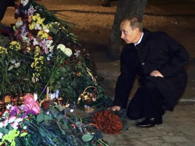 Russlands Premier Wladimir Putin am Ort der Brandkatastrophe in Perm.