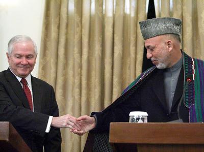 US-Verteidigungsminister Gates (l) traf den afghanischen Präsidenten Karsai zu Gesprächen in Kabul.