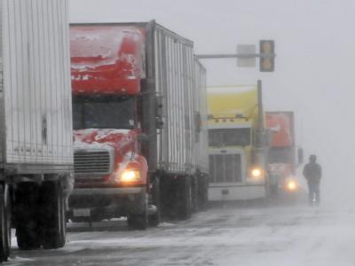 Heftiger Schneefall und Glatteis haben in vielen US-Bundesstaaten den Verkehr lahm gelegt.