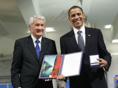 Barack Obama nimmt Medaille und Urkunde aus den Händen von Thorbjörn Jagland, dem Vorsitzenden des Nobelkomitees, entgegen.