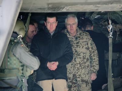 Verteidigungsminister zu Guttenberg neben Vizeadmiral Wolfram Kühn (r) im Feldlager Kundus.