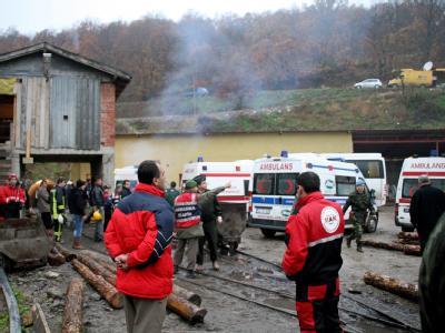 Arbeiter und Rettungskräfte haben sich vor der Mine versammelt.