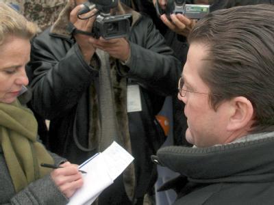 Die Opposition verstärkt den Druck auf Verteidigungsminister zu Guttenberg.