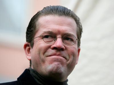 Bundesverteidigungsminister Karl-Theodor zu Guttenberg gehört weiter zu den beliebtesten Politikern.