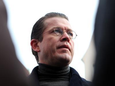Verteidigungsminister Karl-Theodor zu Guttenberg gerät immer stärker unter Druck.