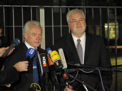 Der Ministerpräsident von Schleswig-Holstein, Peter Harry Carstensen (CDU - r), und der FDP-Fraktionsvorsitzende des Landes, Wolfgang Kubicki (2.v.r.).