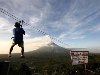 Über dem Mayon steht eine schon aus großer Entfernung sichtbare Rauchwolke.