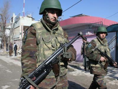 Soldaten der afghanischen Regierungsarmee nach einem Anschlag in Kabul (Archivbild). Bei zwei Anschlägen sind Amerikaner und Kanadier getötet worden.