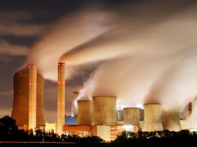 Blick auf die Schornsteine eines Kohlekraftwerks. In Kopenhagen wird um eine neues Klimaabkommen gerungen. (Symbolbild)