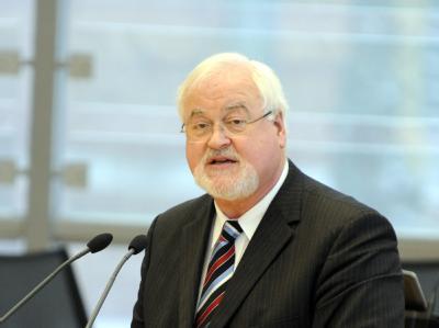 Der Ministerpräsident von Schleswig-Holstein, Carstensen, hält sein Verhalten bei der Abstimmung über das Steuerpaket der Bundesregierung bis zum Schluss offen.