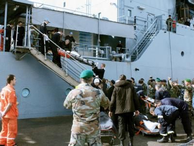 Deutsche Marinesoldaten bringen in Tripoli Schiffbrüchige vom Versorgungsschiff «Mosel» an Land.