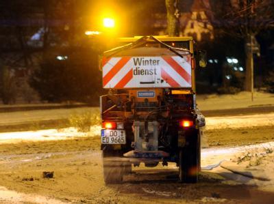 Ein Streufahrzeug ist in Dortmund im Einsatz. Trotz des Winterdienstes kam es zu zahlreichen Unfälle auf deutschen Straßen.